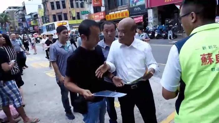 一个动作看清民进党有多暴力!民众向苏贞昌陈情当众被威
