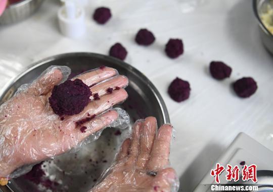长春中医药大学学生制作中医养生月饼