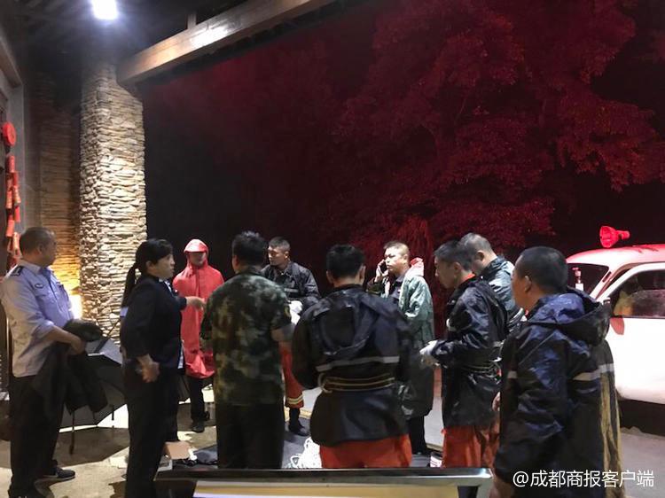 女大学生爬山被困 警方雨夜7小时救援未获感谢