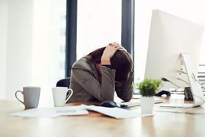 女子中秋假期连连接到老板的加班短信 肺都气炸了