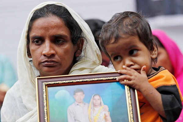 印度下水道清洁工人死亡率不断上升 家属悲伤示威抗议