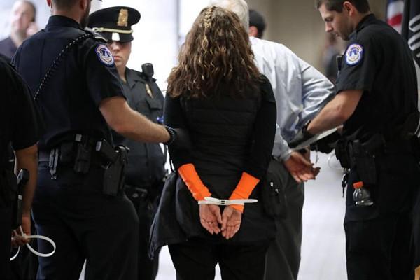 民众闯进美国国会反对最高法院大法官候选人遭逮捕