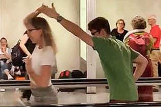 西班牙机场两乘客候机无聊即兴起舞引围观