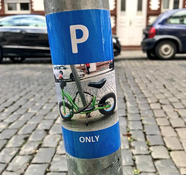 暖心!德国一陌生人为小男孩设立专属停车位