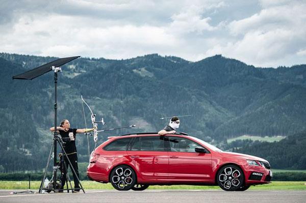奥地利武术教练乘跑车徒手抓飞箭创造世界纪录