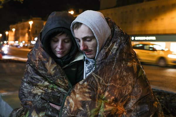 iPhoneXS系列即将在俄发售 果粉提前2天裹毛毯熬夜排队