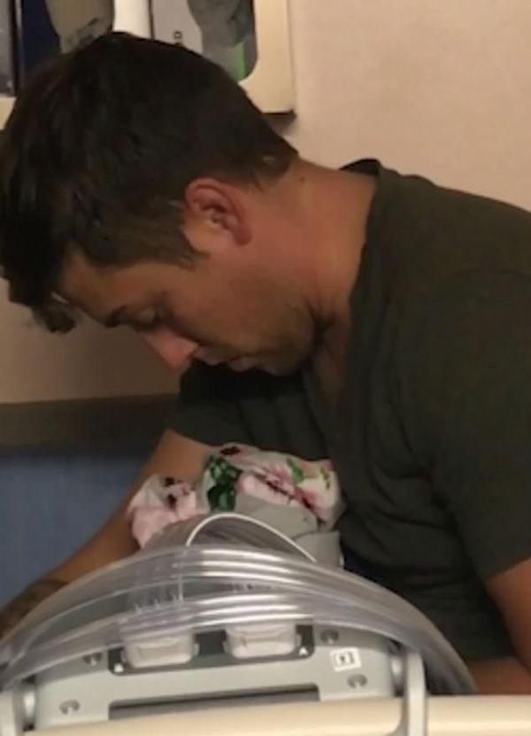 滑稽!美疲惫父亲误将毯子当作婴儿抱在怀中