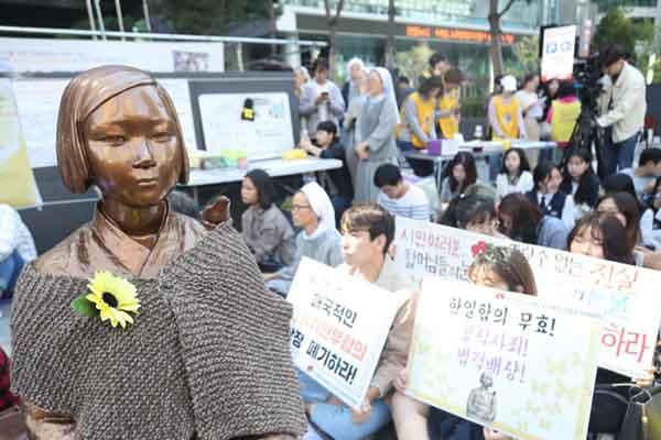秋凉了 韩国民众为慰安妇少女像穿上针织衫