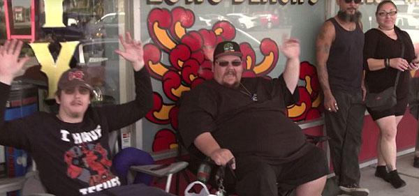 美快餐店免费为粉丝刺快餐纹身 吸引逾百人排队