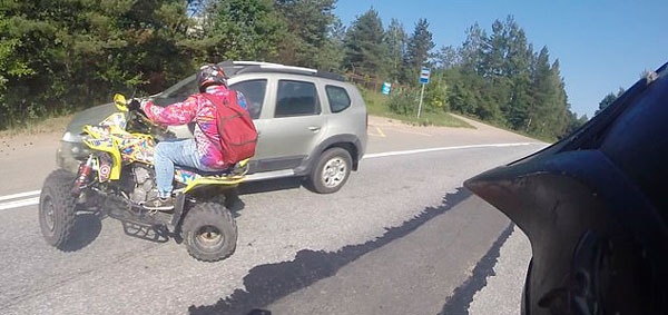 俄小伙驾四轮摩托高速超车被汽车撞飞捡回一命
