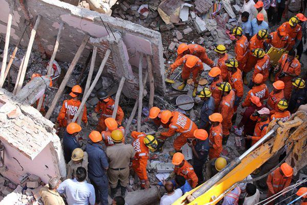印度新德里一栋建筑倒塌 造成至少5人死亡