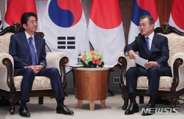 文在寅会晤安倍暗示解散慰安妇基金会,韩日关系改善或受影响