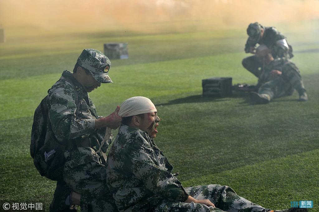 高校军训模拟战地救护 场面堪比吃鸡