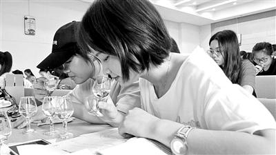 四川高校被指上课教喝酒 师生:品酒不等于喝酒