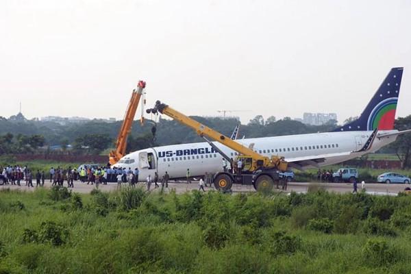 """美波音737客机紧急迫降孟加拉机场 """"趴地""""着陆"""