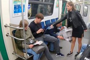 俄女大学生向地铁男乘客泼漂白水抗议岔腿霸座