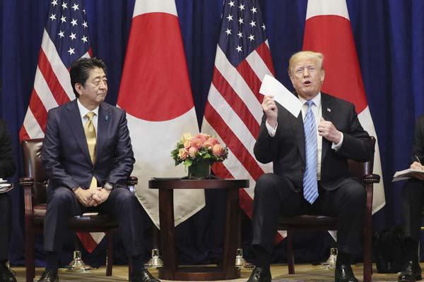 """美日首脑会晤又现""""握手杀"""" 特朗普向安倍展示金正恩来信"""