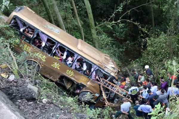 四川乐山境内一旅游客车山路侧翻 已致2人死
