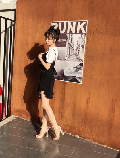 李念最新写真穿透明长筒靴出镜   彰显青春力