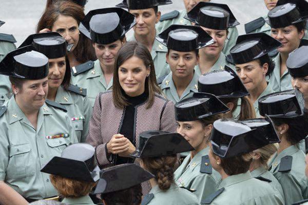 西班牙王后赴军校慰问 获女兵热情簇拥