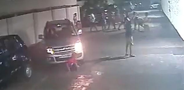 印7岁男童马路上系鞋带遭汽车压过 自行起身跑远