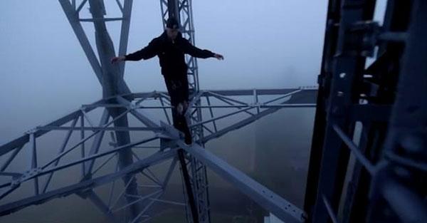 英国两小伙攀爬65米高信号塔表演悬吊杂技