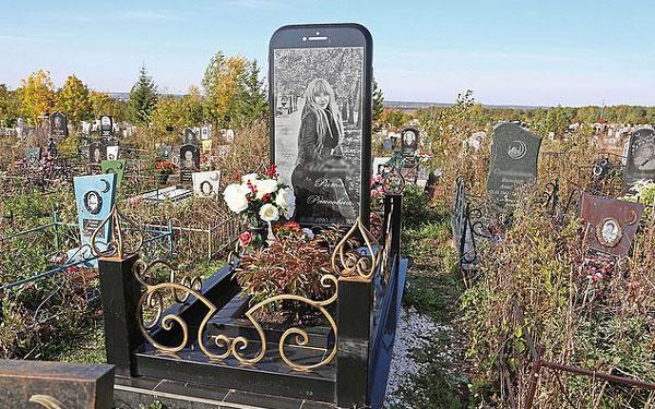 """俄女子墓地竖起苹果手机状墓碑 """"屏保""""是其美照"""