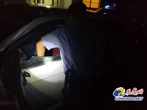 女童被反锁车内30分钟 特勤破窗救人手被划伤:孩子没事最重要