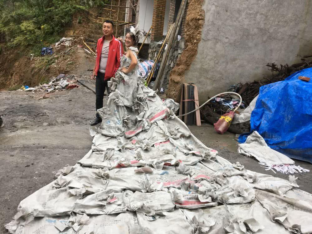 农村女子用40个水泥袋做超长婚纱 爆红网络