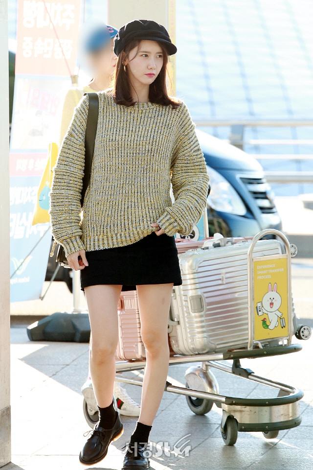 林允儿现身机场 穿短裙腿型暴露缺点