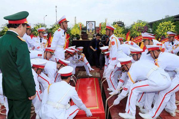 已故越南国家主席陈大光遗体在其家乡下葬