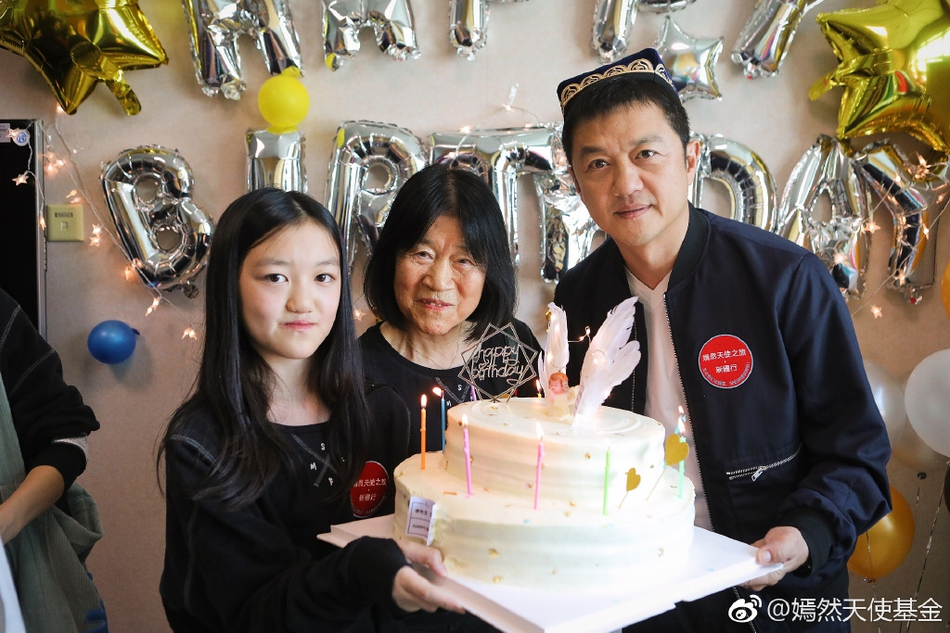 李亚鹏生日李嫣和奶奶惊喜现身 父女俩捧脸灿笑超温馨