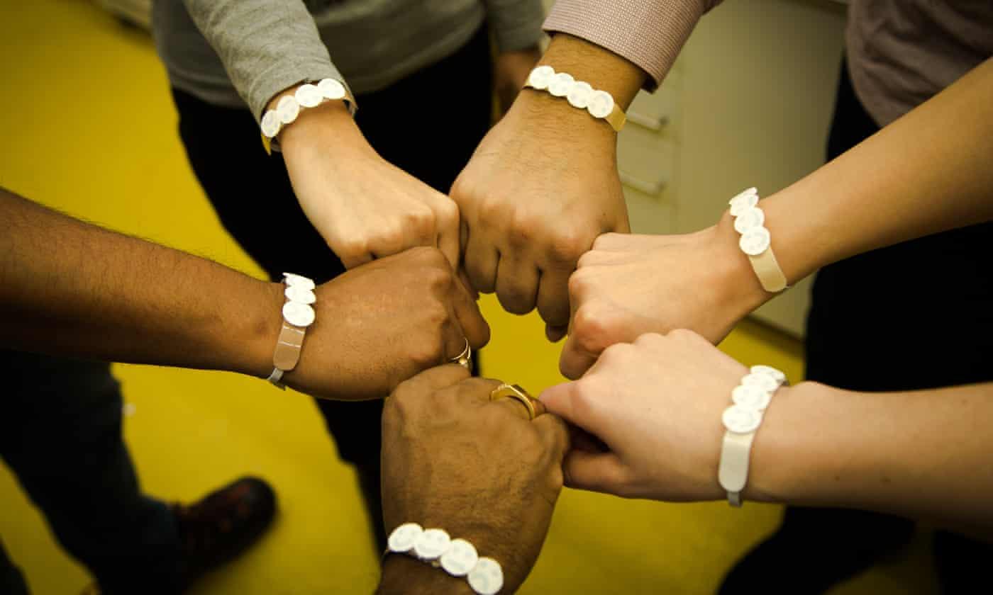 澳大利亚科学家发明特殊手环 自动变色提示人们注意防晒