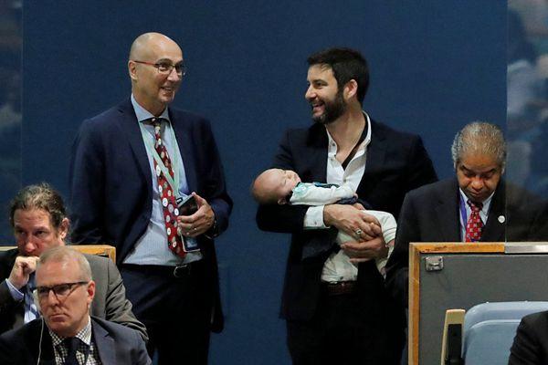新西兰女总理联大上演讲 丈夫全程带娃化身超级奶爸