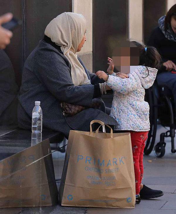 伦敦一乞讨团伙利用幼童抱人索财 不给钱不松手