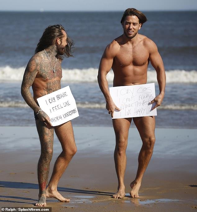 英国真人秀男性半裸拍照 呼吁关注心理健康