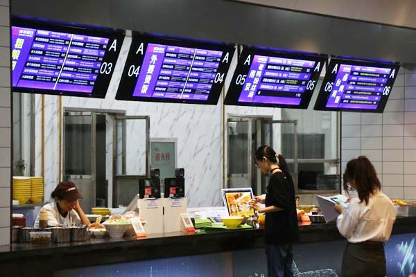 """郑州一高校打造""""飞机餐厅"""" 窗口似值机柜台"""