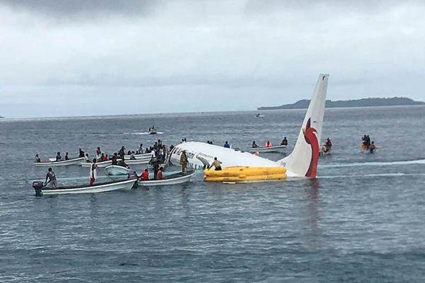 巴布亚新几内亚一架客机降落时冲出跑道入海