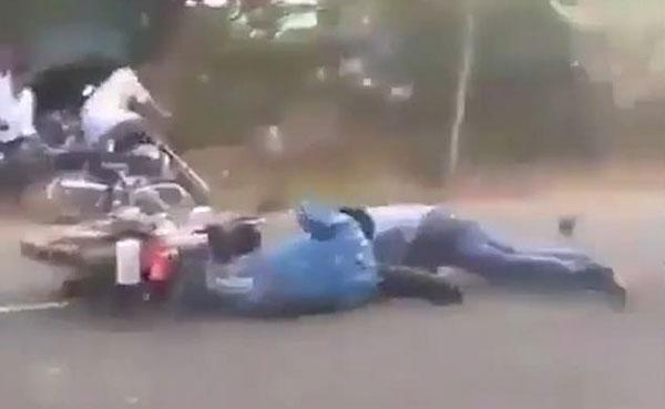印摄影师坐摩托直播牛车赛 不料被牛车碾过险丧命