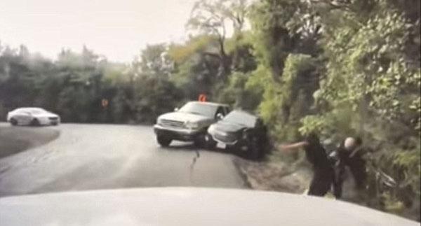 英雄救美!美警官惊险时刻拉开女子躲避失控越野车