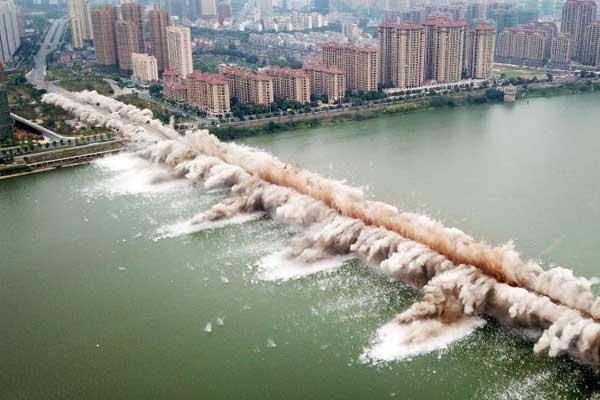 航拍江西吉安赣江大桥老桥成功爆破瞬间