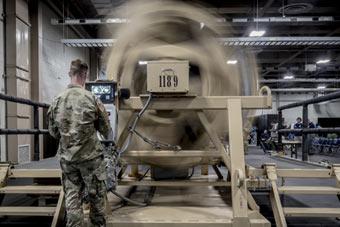 悍马牌滚筒洗衣机了解一下:美士兵体验翻车训练