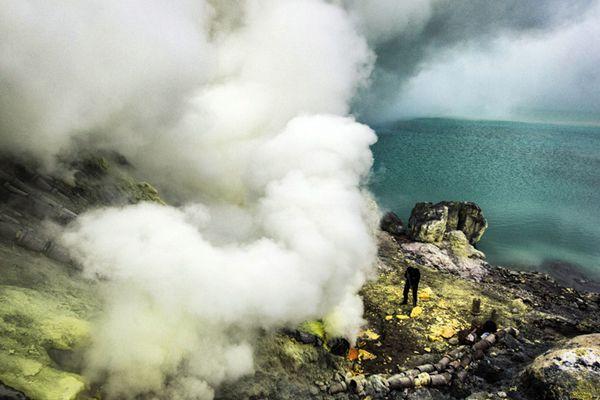 人间炼狱的搬运工!印尼工人火山口采硫磺养家糊口
