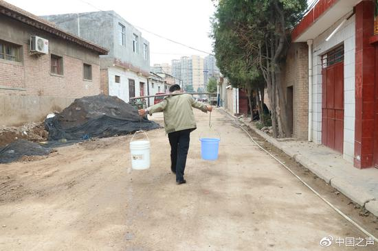 甘肃一小区20多年不通水 现在还用水票担水