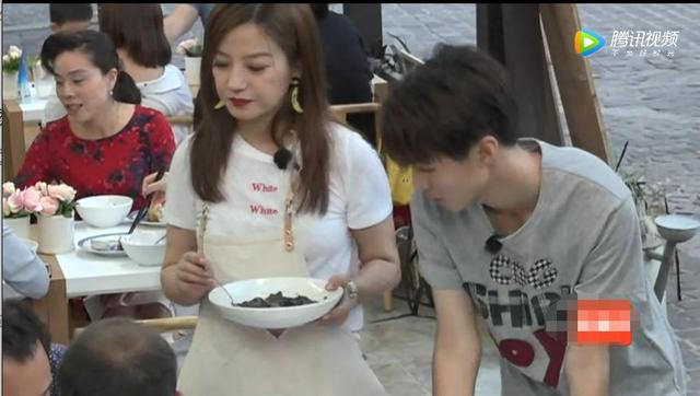 王俊凯糖醋排骨做成功,激动的脱口而出2个字,赵薇苏有朋懵了!