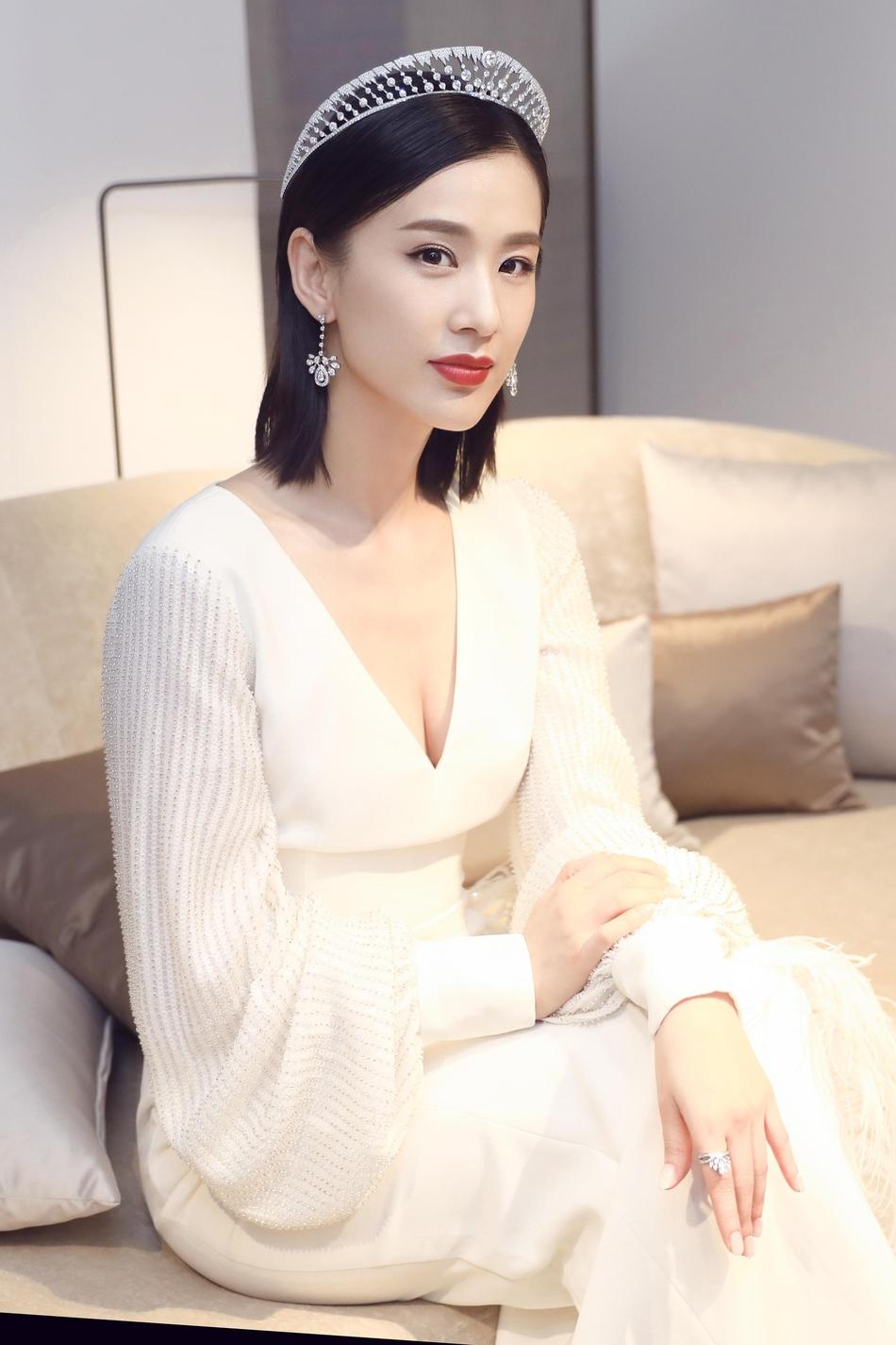 黄圣依穿深V白裙露性感美背 端庄大方气质佳