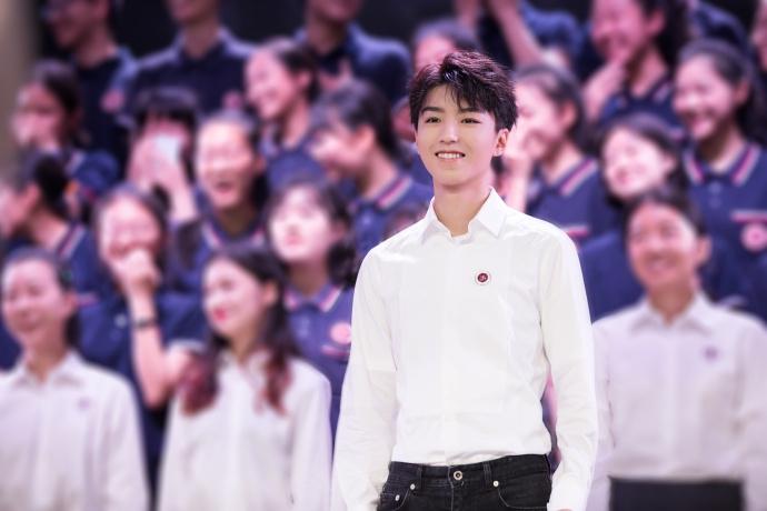 王俊凯为母校庆生 穿白衬衫领唱帅气迷人