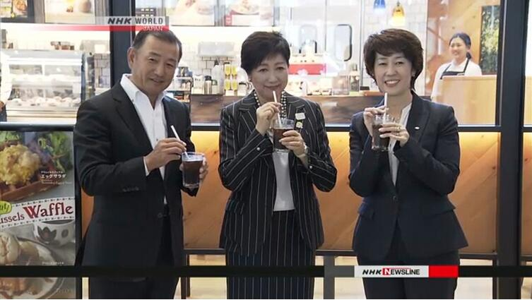 日本东京拟用纸吸管减少塑料污染 知事带头亲试