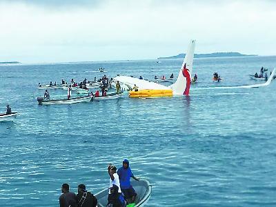 客机坠海后当地居民用小船营救 机上成员全获救