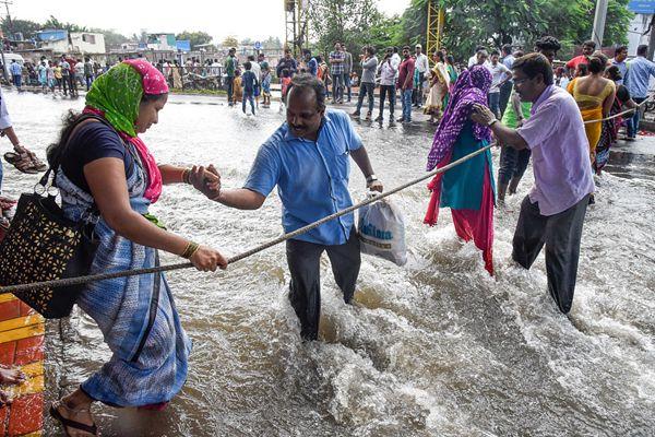 印度运河溃堤 街道变河道民众出行靠绳索